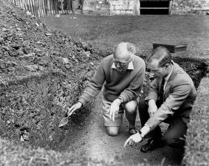 Photo of Ralegh Radford explaining excavation in 1962 (© Peter Poyntz-Wright)